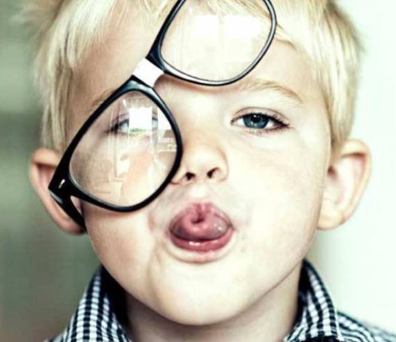 Hvordan vet man om barnet trenger briller eller linser?